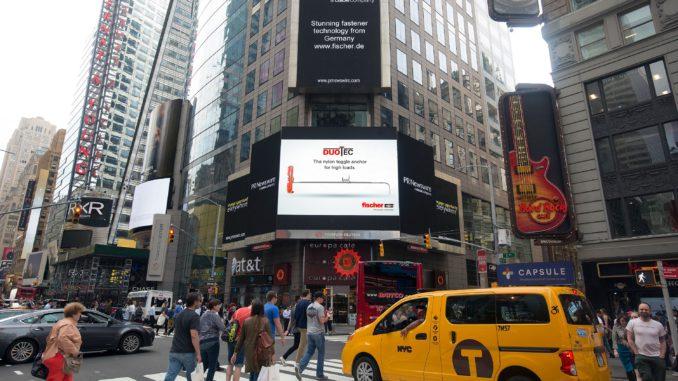 """Fischer wirbt für Kippdübel """"Duotec"""" am Times Square."""