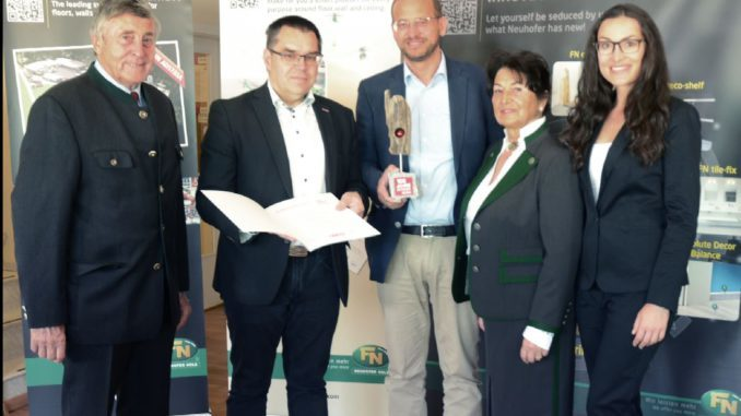 Der Leistenhersteller FN Neuhofer Holz wurde als Traditionsbetrieb ausgezeichnet.