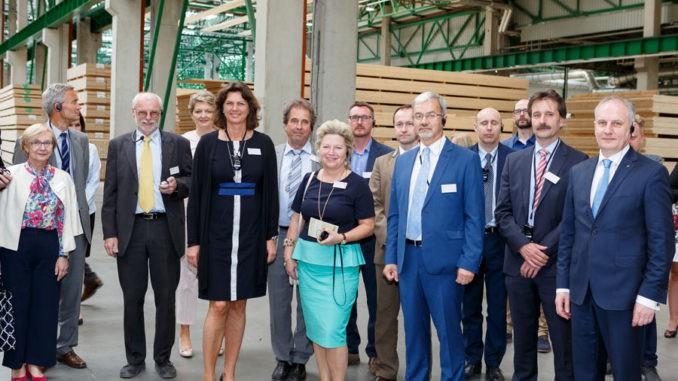 Wirtschaftsministerin Ilse Aigner hat das Steico Werk in Czarna Woda bei Danzig besucht.