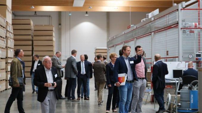 Im Plattenlager könnten sich die Teilnehmer der Jahresversammlung der RAL Gütegemeinschaft Holzhandel von der beeindruckenden Lager- und Logistikkompetenz von Leyendecker überzeugen. Foto: Leyendecker
