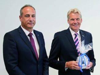 Dr. Eckard Kern (l.) löste gestern offiziell Ulrich Wolf als Vorsitzenden der Geschäftsführung der Eurobaustoff ab.