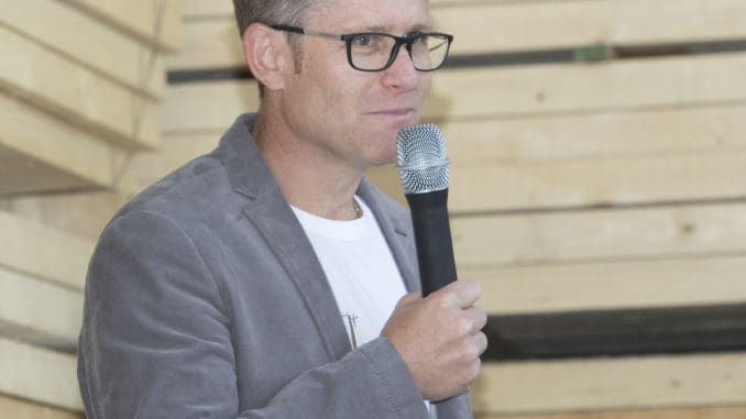 Holzius-Gründer Herbert Niederfriniger rollte beim Jubiläumsfest die Firmengeschichte auf.
