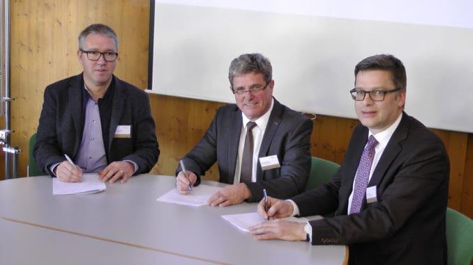 Im Bild v. l.: Robert Schmidli (Präsident VGQ), Prof. Heinrich Köster (Präsident forum-holzbau) und Georg Lange (Geschäftsführer BDF).