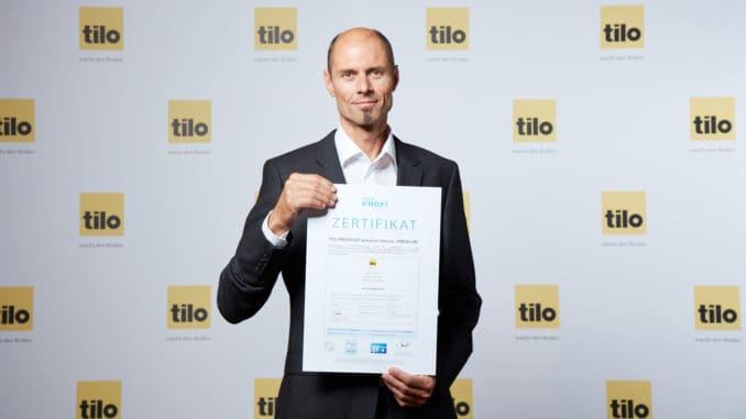 Herbert Kendler, Geschäftsführer der Tilo GmbH, freut sich, als erster österreichischer Bodenproduzent das Proficert Premium Zertifikat des TÜV Hessen erhalten zu haben.