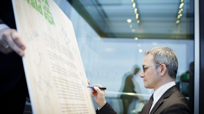 """Wilfried Öllers (CDU) bei der Unterzeichnung der """"Charta für den Wald"""" in Berlin. Bildquelle: AGDW / Photothek / Inga Kjer"""
