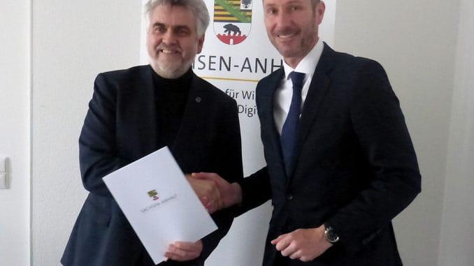 Minister Prof. Dr. Armin Willingmann (l.) mit Knut Söller, Geschäftsführer Finanzen bei SGBDD bei der Übergabe des Förderbescheides am Montag.
