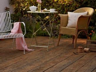 Millboard-Dielen wirken wie Echtholz und gelten als sehr robuster Werkstoff.