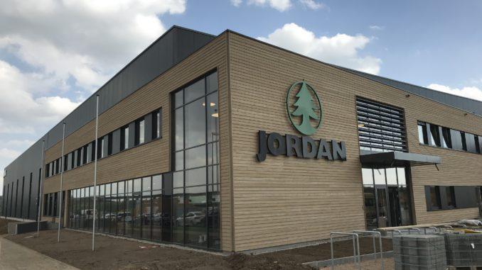Der neue Jordan-Standort in Estenfeld. Durch die am Neubau verarbeiteten 800 Kubikmeter Holz wurden der Atmosphäre 800 Tonnen CO2 dauerhaft entzogen. [Quelle: Jordan GmbH]