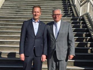 Der neue Vorsitzende des Verbandes Holz und Kunststoff Nord-Ost e.V., Hans-Ulrich Weishaupt, mit dem langjährigen Vorsitzenden Manfred Sitz.