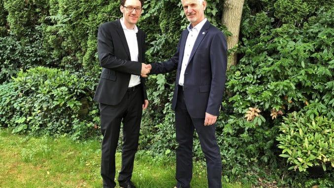Der Vorstandsvorsitzende Martin Rensch (r.) übergibt die Geschäftsführung an Florian Bauer.