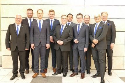 Der Aufsichtsrat der Bauvista - auf dem Bild zusätzlich mit den zwei Geschäftsführern - besteht ab sofort nur noch aus acht Personen.