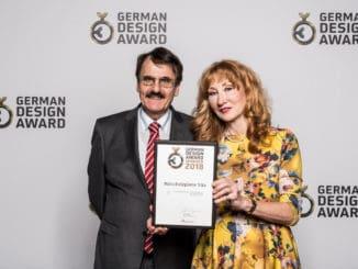 Karl-Robert Kuntz und Dagmar Hilden-Kuntz freuen sich über die Auszeichnung der Vita Naturholzplatte von Elka mit dem German Design Award 2018.