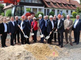 """Die Bauphase für das neue Internatsgebäude begann mit einem """"ersten Spatenstich"""" an der Holzfachschule Bad Wildungen."""