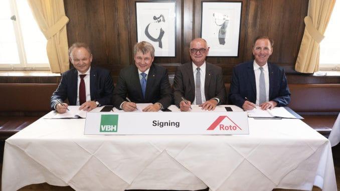 Bei der Vertragsunterzeichnung (v. l.): Andrzej Wyszogrodzki und Victor Trenev (beide Geschäftsführer VBH Holding GmbH), Dr. Eckhard Keill (Roto-Vorstandsvorsitzender) und Michael Stangier (Roto-Finanzvorstand). Bild: Roto.