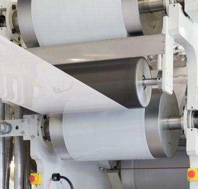 Mit der dritten Kalanderanlage bietet Egger jetzt auch kleinere Mindestproduktionsmengen an.