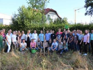 Baumpflanzaktion der neuen Remmers-Auszubildenden. Foto: Remmers.