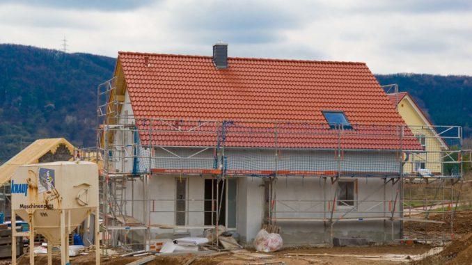 Die Zahl der Baugenehmigungen für Einfamilienhäuser lag im ersten Halbjahr um 1,6 Prozent unter dem entsprechenden Vorjahresniveau. Foto: LBS