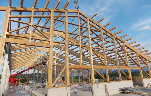Holzkonstruktion des Neubaus eines modernen Milchviehstalls. Foto: www.bauernhof-hefele.de