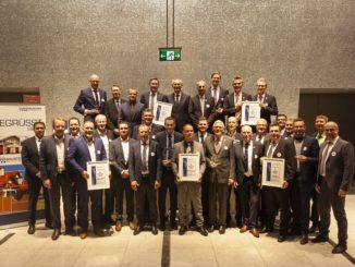 Die Preisträger des Eurobaustoff-Lieferanten- und -Mittelstandspreises 2018 zusammen mit den Verantwortlichen aus der Kooperation und den Sprechern der Fachgruppe Dach+Fassade.