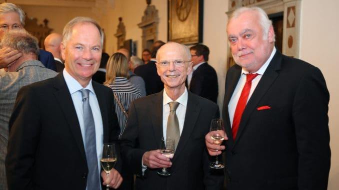 Holzring-Geschäftsführer Olaf Rützel (l.) mit Christian Weber, dem Präsidenten der Bremischen Bürgerschaft (m.) und Günther Lübbe, Geschäftsführer des Vereins Bremer Holzhändler e.V.