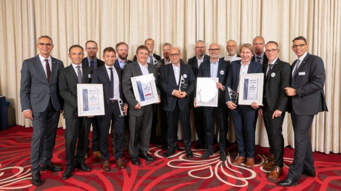Im Bild: Die Repräsentanten der ausgezeichneten Industriepartner der Jahre 2017 und 2018, die Fachgruppensprecher sowie die Verantwortlichen der Eurobaustoff.