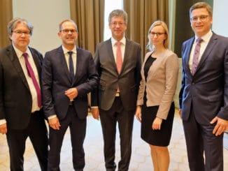 Neue Leitung des Hauptstadtbüros von HDH und BDF v. l: BDF-Geschäftsführer Achim Hannott, HDH-Hauptgeschäftsführer Jan Kurth, Präsident Johannes Schwörer, Carolin Lanzke und BDF-Geschäftsführer Georg Lange.