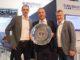 Ganz im Handballfieber war es dem Vorsitzenden der Eurobaustoff-Geschäftsführung, Dr. Eckard Kern, eine besondere Ehre, auf der BAU in München die Meisterschale 2018 in den Händen halten zu können. [Bild: Eurobaustoff]