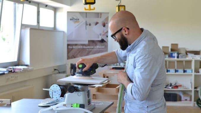 Becher Akademie: David Wolf demonstriert die Verarbeitung eines Produktes.