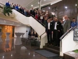 Geschäftsführer Ludger Schindler, Betriebsratsvorsitzender Dieter Gleich und die geschäftsführenden Gesellschafter Guido Schulte und Johannes Schulte (erste Reihe v. l.) ehrten die zahlreichen Jubilare.
