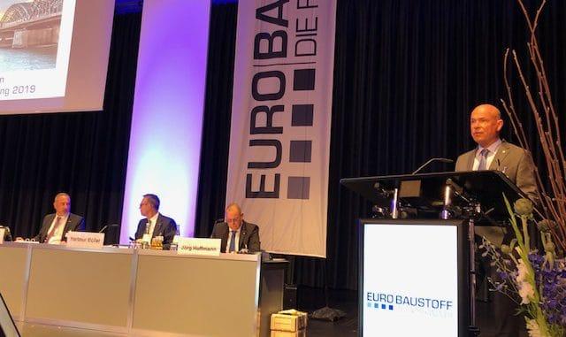 Eurobaustoff-Gesellschafterversammlung in Köln: Der Aufsichtsratsvorstitzende Boy Meesenburg begrüßt die 450 Teilnehmer. Im Bild außerdem die drei Geschäftsführer (v. l.) Dr. Eckard Kern, Hartmut Möller und Jörg Hoffmann.