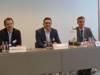 Berichteten von einem positiven Verlauf des Holzhandelstages: Im Bild v. l.: Matthias Roeren (stellvertretender GD Holz Vorsitzender), Philipp Zumsteg (Vorsitzender GD Holz) und Geschäftsführer Thomas Goebel.