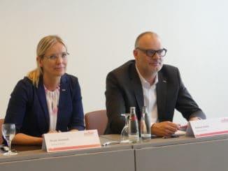 Gestalteten gemeinsam die Pressekonferenz im Rahmen des Holzhandelstages in Hamburg: die neue Geschäftsführerin von Holzland, Nicole Averesch, und der scheidende Geschäftsführer Andreas Ridder.